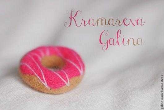 """Брелоки ручной работы. Ярмарка Мастеров - ручная работа. Купить брелоки и магниты """"Пончики войлочные"""". Handmade. Розовый, брелок"""