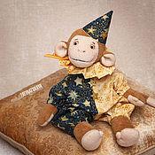 Куклы и игрушки ручной работы. Ярмарка Мастеров - ручная работа Обезьянка Малыш Томми в новогоднем костюме. Handmade.