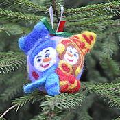 """Подарки к праздникам ручной работы. Ярмарка Мастеров - ручная работа """"Снеговики на карнавале"""" елочный шар. Handmade."""
