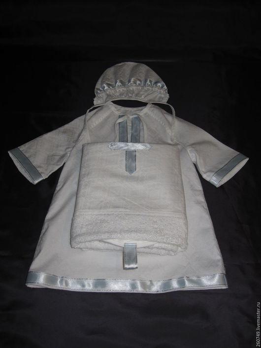 Крестильный набор изготовлен из 100 % х/б ткани – жаккардового сатина).В наборе три предмета: рубашка – распашонка, чепчик и пеленка - «капюшон», в основу которой вшито махровое полотенце(50 на 90)