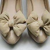 Украшения ручной работы. Ярмарка Мастеров - ручная работа Клипсы для обуви - бежевые банты из замши. Handmade.