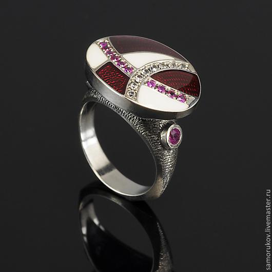 Апробированное кольцо из серебра 925 пробы, натуральные рубины массой 0.5 ct, белые природные сапфиры массой 0.2ct. Размер кольца 17.5