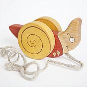 Куклы и игрушки ручной работы. Ярмарка Мастеров - ручная работа Улитка на веревочке в красном - деревянная каталка. Handmade.