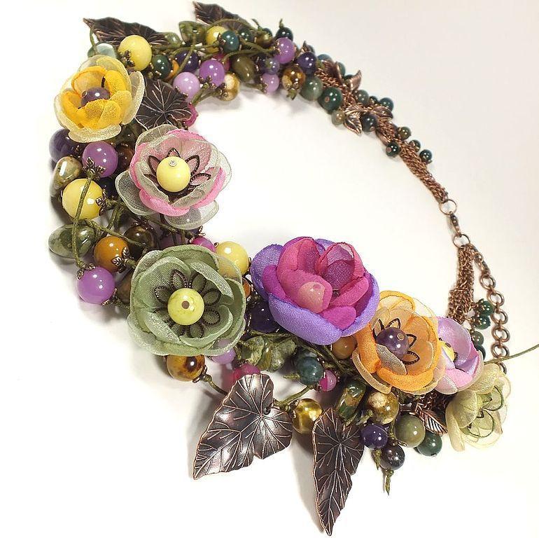 Колье из тканевых цветов