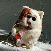 Куклы и игрушки ручной работы. Ярмарка Мастеров - ручная работа Котейка с цветами - игрушка кот валяный. Handmade.