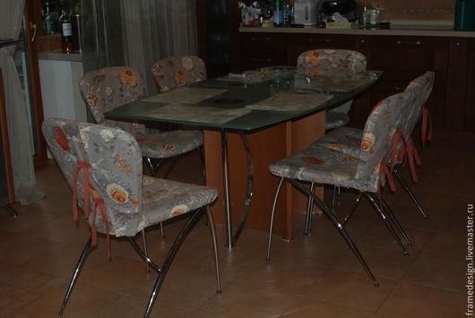 Чехлы для стульев столовой группы в гостиной.