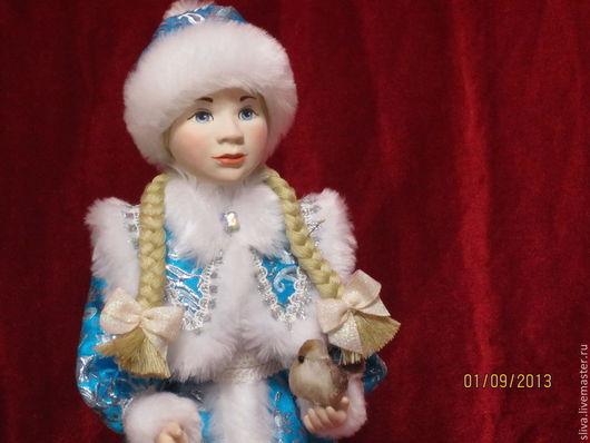 Кукла Снегурочка с косичками в ярко-голубой парчовой шубке и пушистой меховой шапочке. Верная спутница Деда Мороза. Любимый сказочный персонаж. Прекрасный подарок к Новому Году.