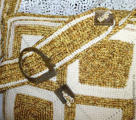 Сумка вязаная на широкой лямке с пряжкой. В качестве декора выглядят и красивая металлическая пряжка (под бронзу), и две металлические пуговицы (закреплены шнуровкой)
