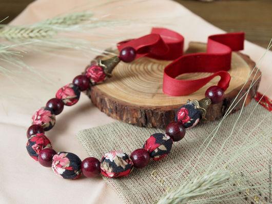 Объемное текстильное колье из натурального хлопка с бархатной лентой,в сочетании деревянных вишневых  бусин. Живой,яркий цвет. Фурнитура: под бронзу.