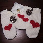 Варежки ручной работы. Ярмарка Мастеров - ручная работа Варежки для влюбленных белые с 2 сердцами. Handmade.