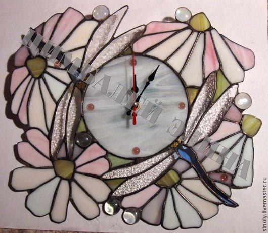 """Часы для дома ручной работы. Ярмарка Мастеров - ручная работа. Купить Витражные часы""""Стрекозы в ромашках"""". Handmade. Разноцветный, ромашки, подарок"""