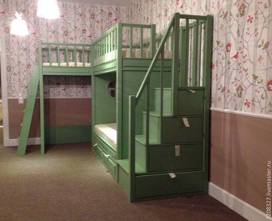 Двухъярусная кровать. Имеет два спальных места на нижнем и верхнем ярусе, а так же две игровые зоны вверху и внизу, сообщающиеся лестницей. Предусмотрена система хранения - 4 вместительных ящика спрятаны в ступенях и 2 под кроватью