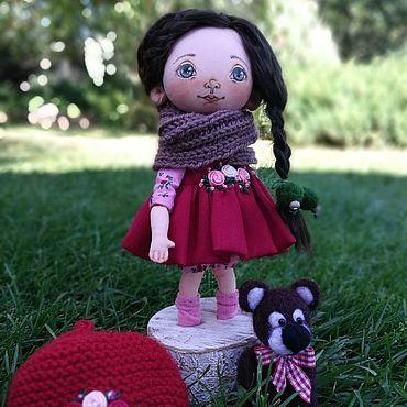 Куклы и игрушки ручной работы. Ярмарка Мастеров - ручная работа Куколка текстильная на подставке с мишкой в красном берете.. Handmade.