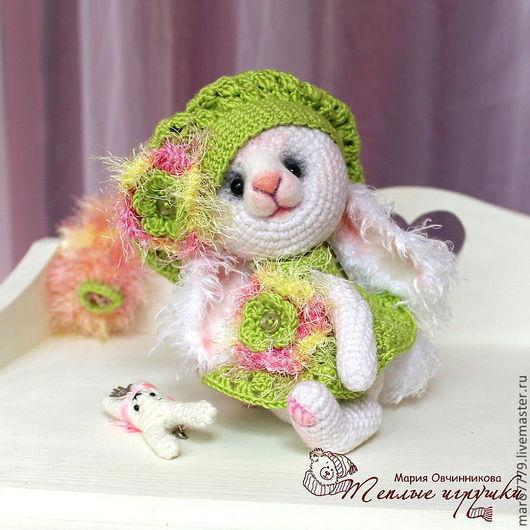 зайчик зайка малышка зайчонок, зайчик девочка в сарафане, нежно-зеленый и розовый, зийка с игрушкой, вязаная игрушка, вязаный тедди, кролик, крольчонок, коллекционные игрушки в подарок