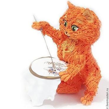 """Куклы и игрушки ручной работы. Ярмарка Мастеров - ручная работа Фигурка """"рыжая кошечка -  вышивальщица"""" (рыжая кошка, пяльца). Handmade."""