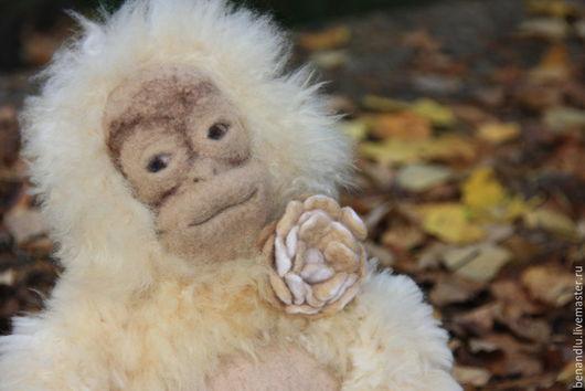 Игрушки животные, ручной работы. Ярмарка Мастеров - ручная работа. Купить Пушистая обезьянка. Обезьяна с цветком. Шимпанзе. Handmade. Бежевый