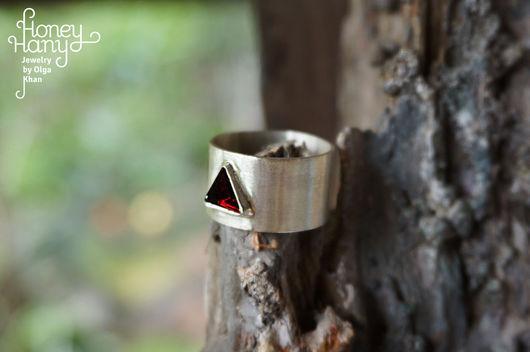 Кольца ручной работы. Ярмарка Мастеров - ручная работа. Купить Широкое минималистичное кольцо с гранатом пирамидкой. Handmade. Бордовый