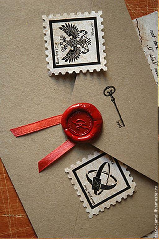 Конверт из крафт-бумаги, запечатанный сургучом. Можно сделать любые марки.