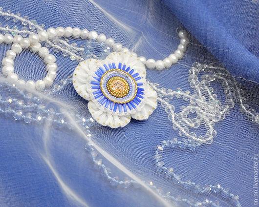 Броши ручной работы. Ярмарка Мастеров - ручная работа. Купить Брошь с вышивкой Синий Мак / брошь вышитая белая голубая золотистая. Handmade.