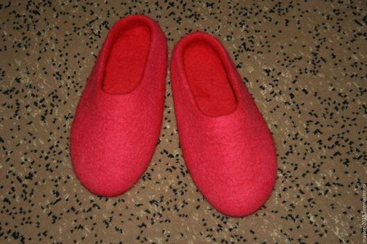 Обувь ручной работы. Ярмарка Мастеров - ручная работа. Купить валяные тапки. Handmade. Ярко-красный, шерсть для валяния