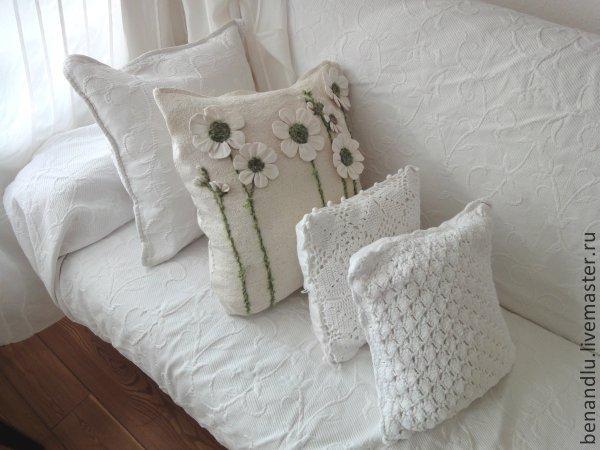 Казалось бы - простая подушка, только цветочками выделяется среди других! А она - с секретом!