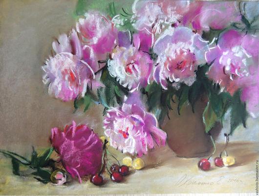 Картина цветов. На картине изображены розовые пионы, стоящие в вазе, красная и жёлтая черешня. Картина написана в технике пастель, которая отлично сочетается с лёгкостью летнего образа .