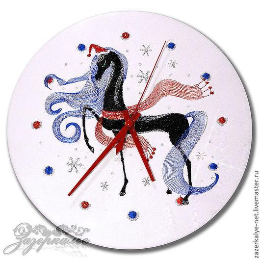 """Часы для дома ручной работы. Ярмарка Мастеров - ручная работа. Купить Часы из нат. кожи с вышивкой """"Лошадка в колпаке"""". Handmade."""