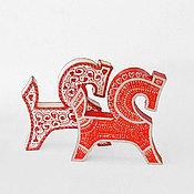 Подарки к праздникам ручной работы. Ярмарка Мастеров - ручная работа Деревянные лошадки - красная и белая, фигурки лошадок. Handmade.