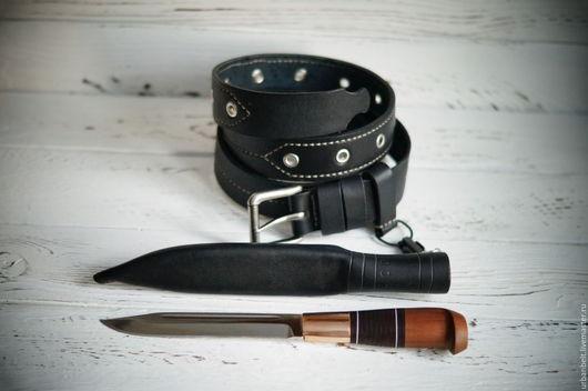 Свободный подвес на оружейный карабин, можно быстро снять-одеть нож. Или повесить, например, связку ключей вместо ножа.