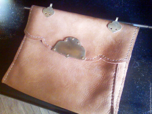 Мужские сумки ручной работы. Ярмарка Мастеров - ручная работа. Купить Кожанная сумка с бронзоворй пряжкой( реконструкция). Handmade. Однотонный