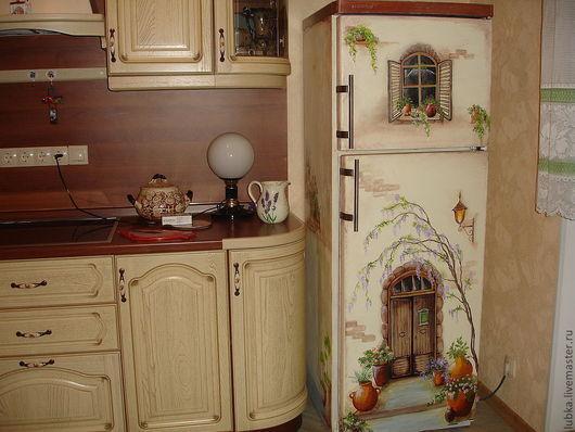 Роспись холодильника в квартире.\r\nНа фото роспись стен (холодильника) идеально вписывается в интерьер кухни. Роспись стен .\r\nРоспись стен художественная.\r\nРоспись стен. Фреска.\r\nроспись стен акрилом