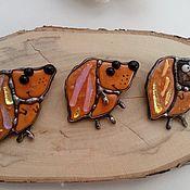 """Украшения ручной работы. Ярмарка Мастеров - ручная работа Витражные броши """"Собаки """"- стекло дихроичное, фьюзинг, витраж Тиффани. Handmade."""