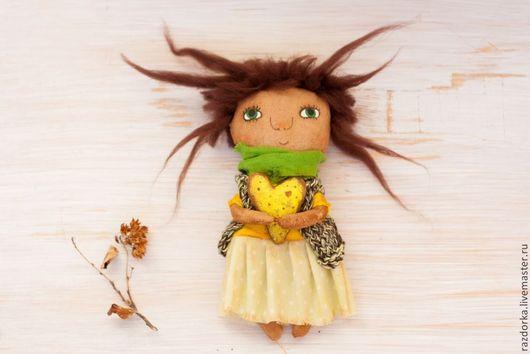 кукла в подарок, забавная кукла, купить смешную куклу, купить куклу текстильную, авторская кукла купить, кукла с сердцем, кукла с шарфиком, кукла с зелёными глазами, коллекционная кукла