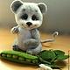 Хочу познакомить Вас с моим новым мышонком, которого зовут Тимоша! Он удивительно жизнерадостный, милый и добрый малыш.У него в лапках стручок зеленого горошка - любимое лакомство! Лапки и головушка н
