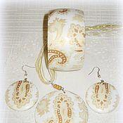 Белый браслет, кулон и серьги из дерева Восточная нега. Бежевый узор