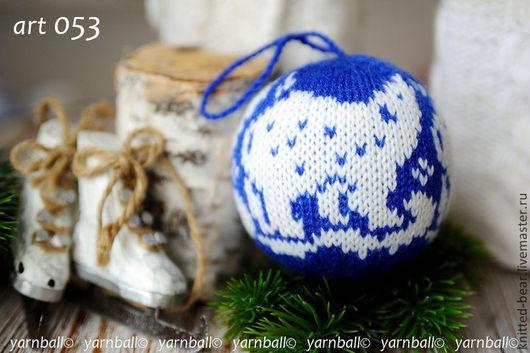 """Новый год 2017 ручной работы. Ярмарка Мастеров - ручная работа. Купить Вязаный новогодний шар """"Белый мишка"""". Handmade."""