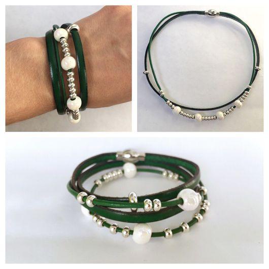 Браслеты ручной работы. Ярмарка Мастеров - ручная работа. Купить Кожаный браслет изумрудного цвета с белыми керамическими бусинами. Handmade.