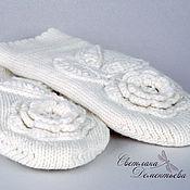 Аксессуары ручной работы. Ярмарка Мастеров - ручная работа Варежки вязаные белые двойные с цветами. Handmade.