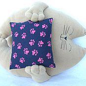 Кот с подушкой