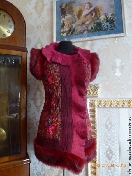 Цельно валяный жилет приталенного силуэта, слегка удлиненный, бордового цвета, украшен меховой отделкой и Павловопосадским платком.\r\nИзнанка украшена слоем вискозы