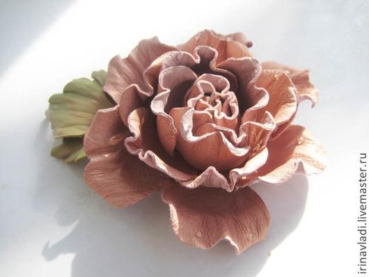 Брошь-заколка из кожи Розовая роза, украшение ручной работы.,украшение из кожи брошка розовая роза, брошь заколка розовая роза, изделие из кожи брошь, розовая роза из кожи брошка