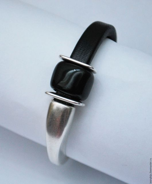Браслеты ручной работы. Регализ. Regaliz. Ярмарка мастеров - ручная работа. Черный кожаный браслет с керамической бусиной. Фактурная кожа. Шнур 10х7мм. Handmade. ivory
