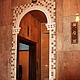 Зеркало с мозаикой из натурального камня и кованая полка к нему впишутся во многие интерьеры и украсят любой дом или дачу.