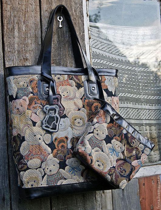 К сумке сделана косметичка на молнии и с подкладкой, её можно отстегнуть.