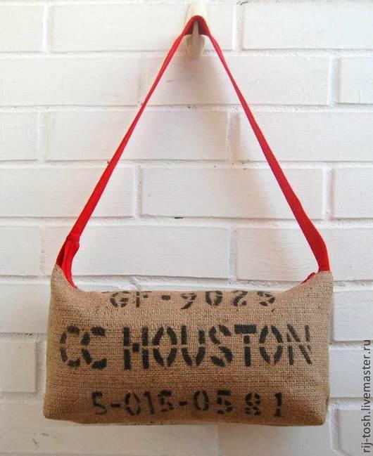 Сумка из мешковины, которая была настоящим кофейным мешком. В дизайне сумки использован оригинальный принт кофейного мешка.