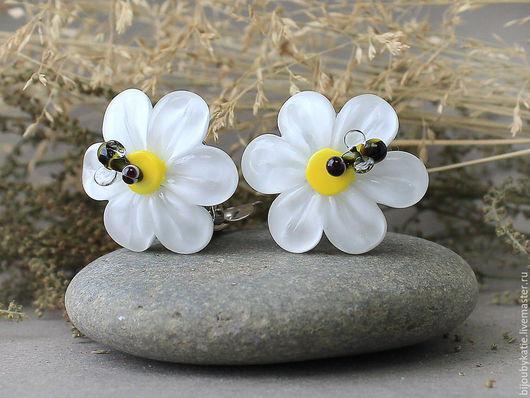 Серьги Клипсы Лэмпворк ромашки  Серьги из коллекции ромашки с пчелами Стеклянные цветы лэмпворк - на плоской основе, диаметр основы всего 15 мм