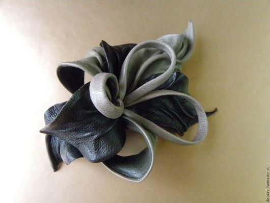 Заколка автомат цветок из кожи `Аркаим`  коричневая, тауп, горький шоколад. Оригинальный авторский объёмный цветок из кожи - заколка-цветок, красивая заколка, украшение причеки, аксессуар для волос,
