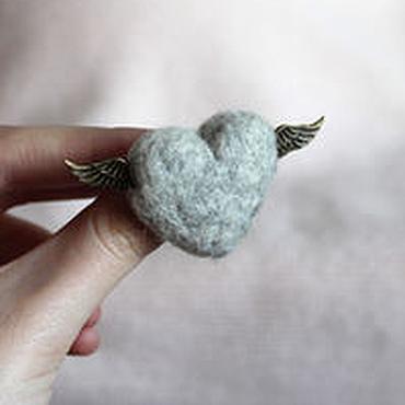 Украшения ручной работы. Ярмарка Мастеров - ручная работа Сердце с крыльями - брошь из шерсти Цвета серый меланж. Handmade.