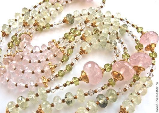 Сотуар, длинные и изящные бусы, с позолоченным серебром, из натурального розового кварца разной величины и формы, натурального пренита свежего зеленого цвета и граненых хризолитов.