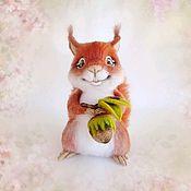 Войлочная игрушка ручной работы. Ярмарка Мастеров - ручная работа Валяная игрушка из шерсти Бельчонок с орешком. Handmade.